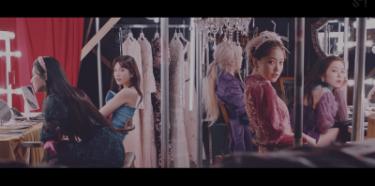 Red Velvetの最新曲「Psycho」のミュージックビデオがYouTubeにて1億回再生を突破した。